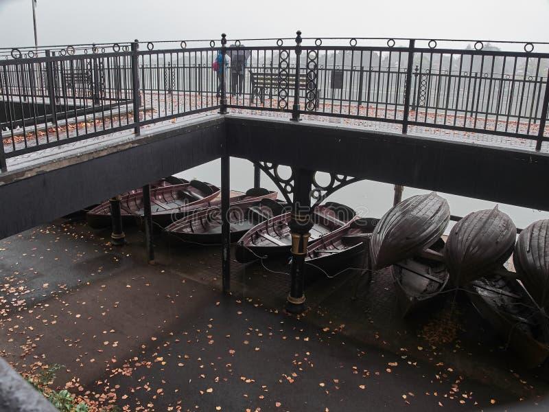 Skott av fartygen som parkeras nära sjön fotografering för bildbyråer