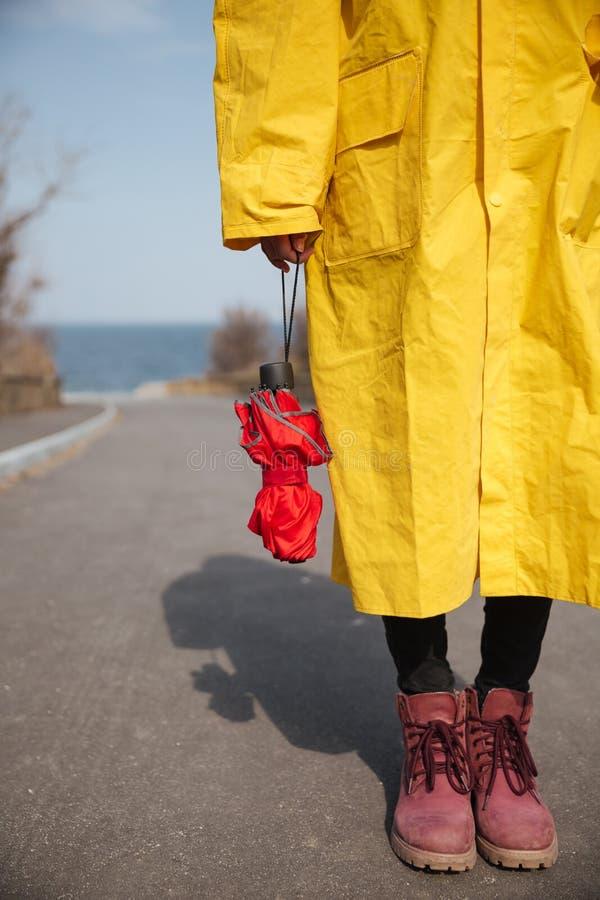 Skott av paraply- och kvinnaben arkivbild