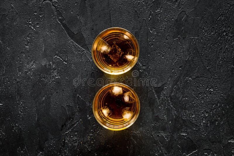 Skott av whisky med is på svart åtlöje för bästa sikt för stångtabellbakgrund upp royaltyfri fotografi