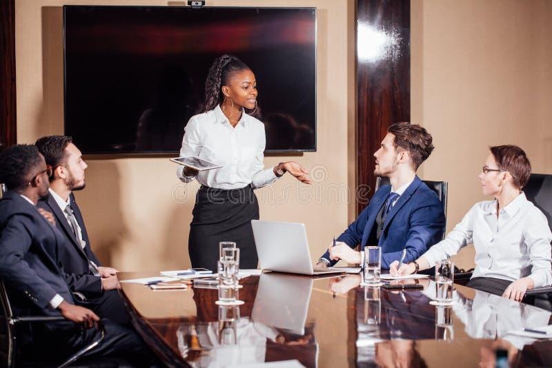 Skott för affärskvinnaLeads Meeting Around tabell royaltyfri bild