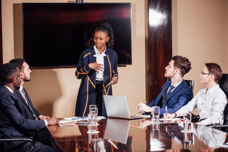 Skott för affärskvinnaLeads Meeting Around tabell royaltyfria bilder