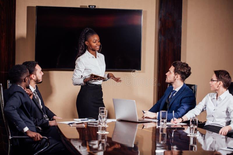 Skott för affärskvinnaLeads Meeting Around tabell arkivbilder