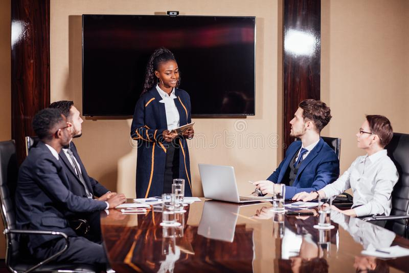 Skott för affärskvinnaLeads Meeting Around tabell royaltyfri foto