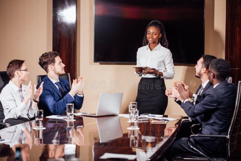 Skott för affärskvinnaLeads Meeting Around tabell royaltyfria foton