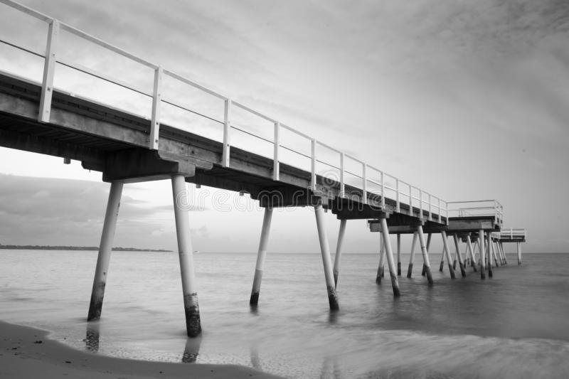 Skott för exponering för strandbrygga monokromt långt royaltyfria bilder