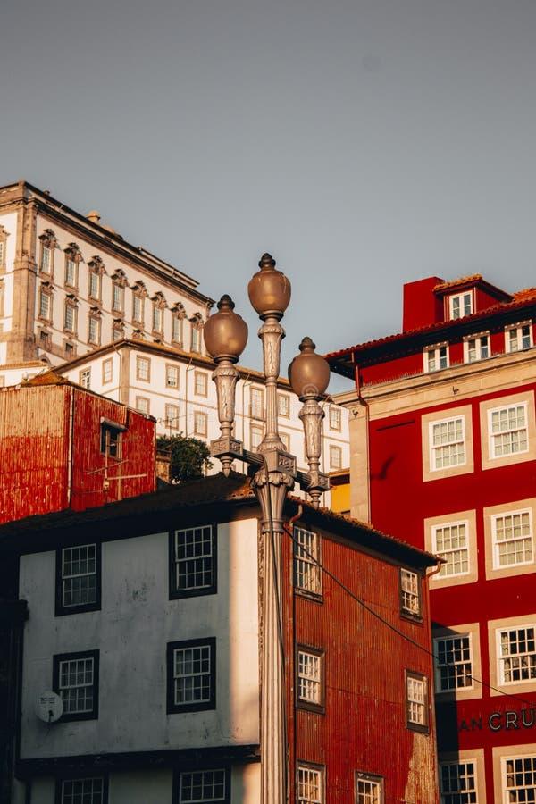 Skott för låg vinkel av härliga röda höghus i Porto, Portugal arkivbilder