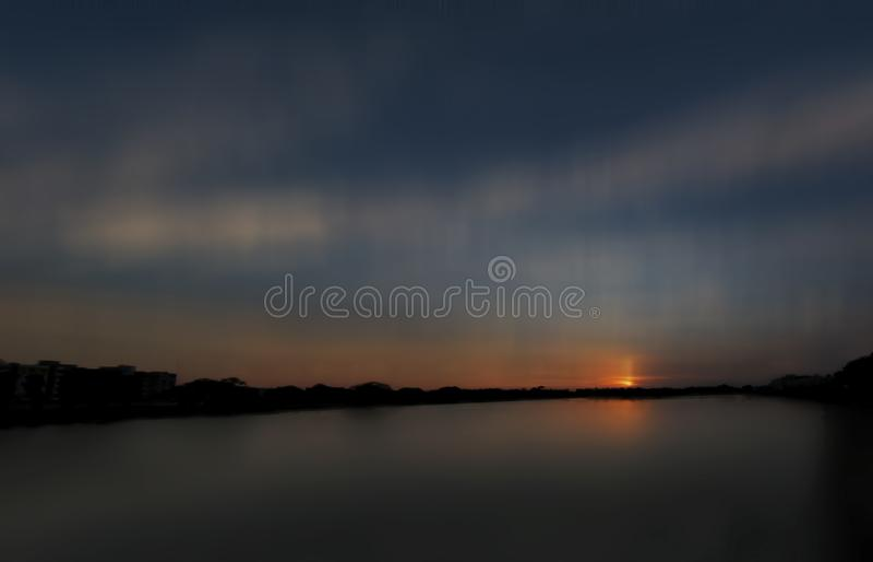 Skott för skymningtidlandskap av den forntida sjön arkivfoto