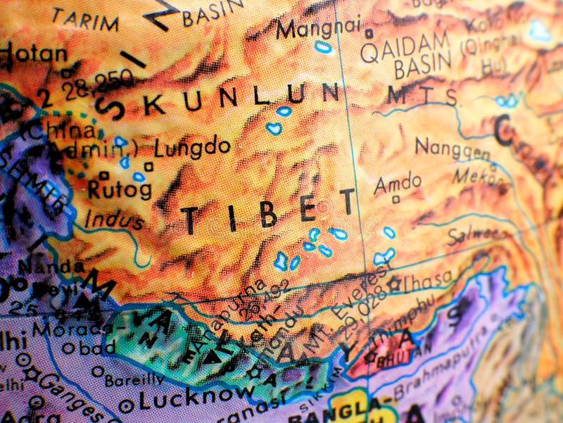 Skott för Tibet fokusmakro på jordklotöversikten för loppbloggar, socialt massmedia, websitebaner och bakgrunder royaltyfria bilder