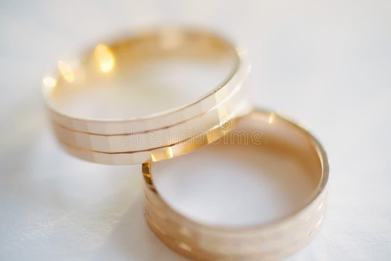 Skott f?r vigselringn?rbildmakro Cirklar av bruden och brudgummen fotografering för bildbyråer