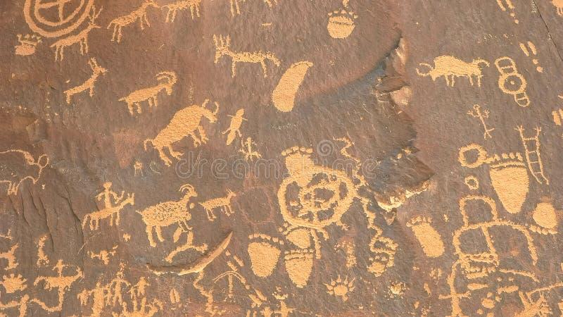 Skottet av forntida amerikanska indiska teckningar på tidningen vaggar i utah royaltyfria bilder