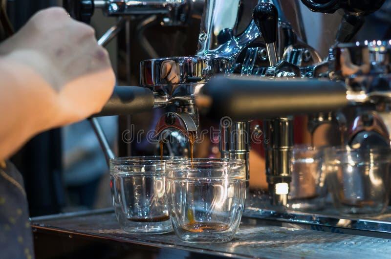 Skottet för espresso för kaffemaskindanande i ett kafé shoppar royaltyfri foto