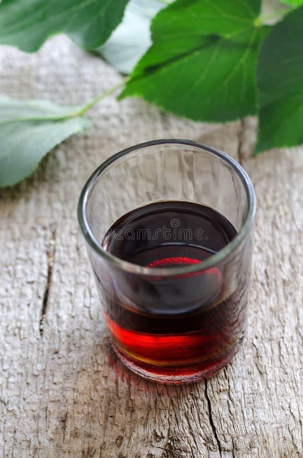 Skottexponeringsglas av alkoholdryck eller läkarundersökningtinktur fotografering för bildbyråer