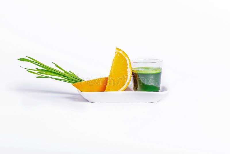Skottexponeringsglas av vetegräs med apelsinen arkivbild