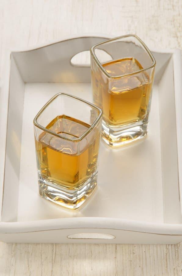 Skottexponeringsglas med brun rom royaltyfri bild