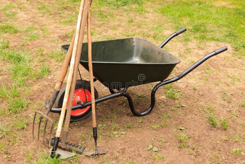 Skottkärra med arbeta i trädgården utrustning arkivbild