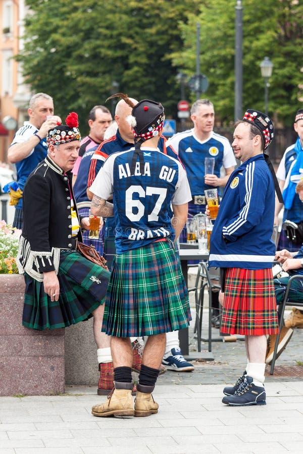 Skottland fotbollslagfans i nationell kläder på gatan royaltyfria bilder