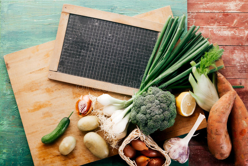 Skottpengar av nya grönsaker på träskärbräda royaltyfri foto