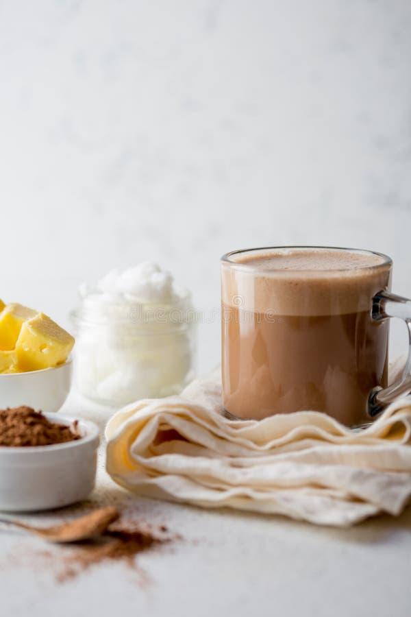 SKOTTSÄKER KAKAO Ketogenic keto bantar den varma drinken Kakao som blandas med kokosnötolja och smör Kopp av skottsäker kakao arkivfoto