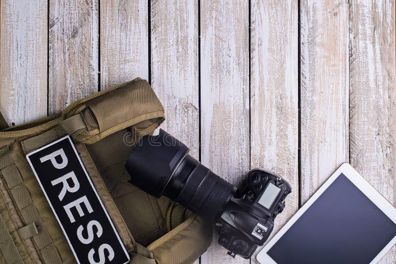 Skottsäker väst för press-, kamera- och minnestavlaPC arkivfoto