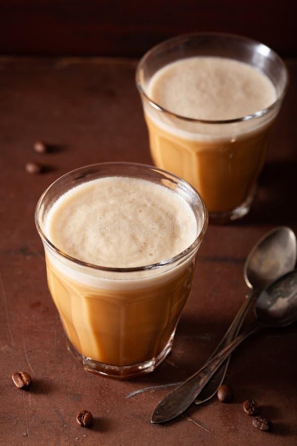 Skottsäkert kaffe, keto-paleodrink som blandas med smör, och kokosnötolja fotografering för bildbyråer