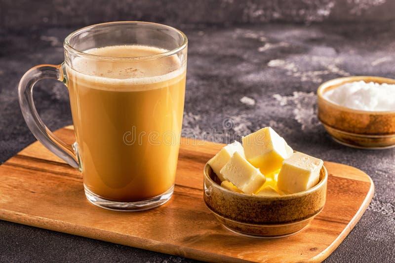 Skottsäkert kaffe som blandas med organiskt smör och MCT-kokosnöten royaltyfria foton
