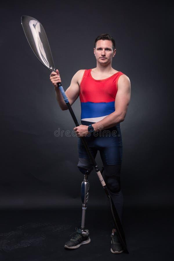 Skovel för mankanotkajak, idrottsman nenidrottsman, prosthetic ben, disab royaltyfri bild