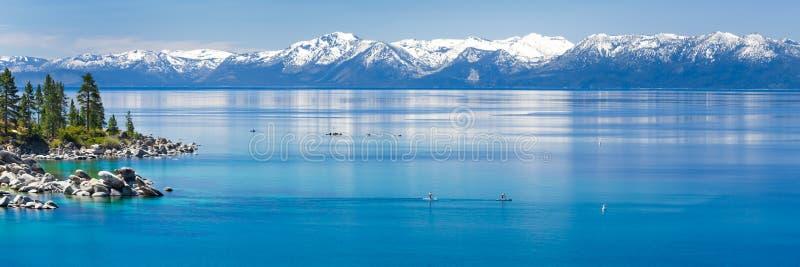 Skovel som stiger ombord Lake Tahoe royaltyfri foto