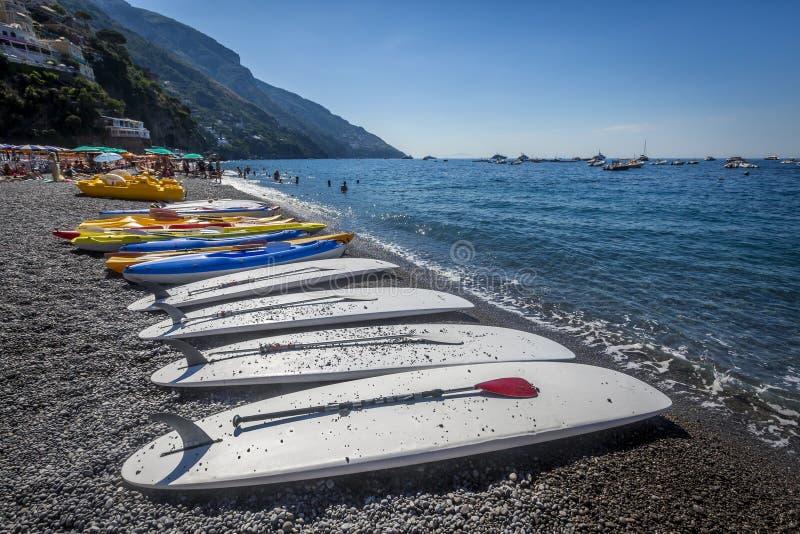 Skovelbräden på stranden av Positano, Italien fotografering för bildbyråer