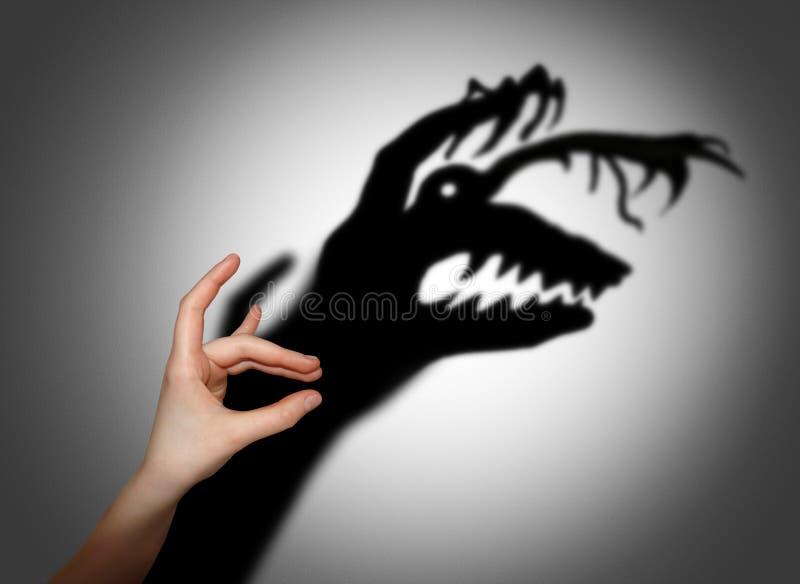 Skräck skrämsel, skugga på väggen arkivfoto