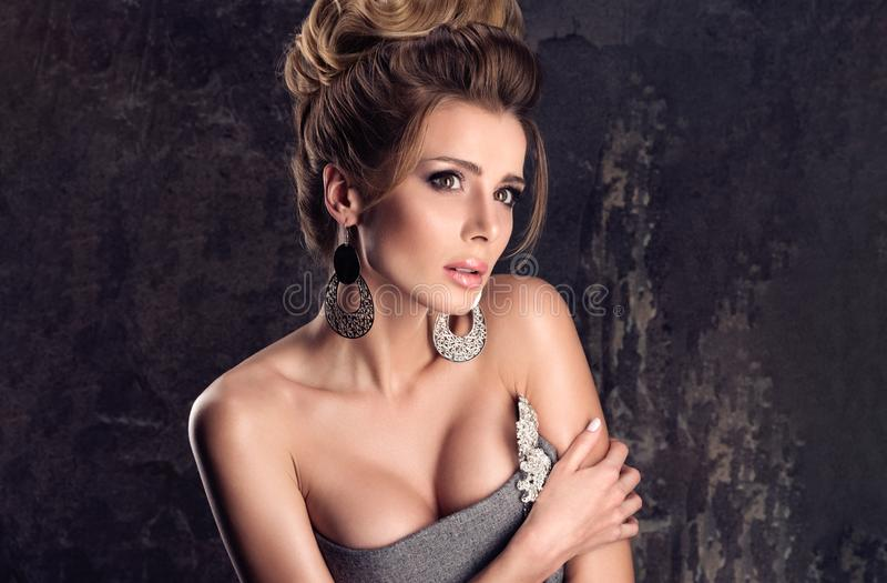 Skräcken i skönhet En härlig kvinna för skrämt blickmode i lyxig kläder royaltyfria bilder
