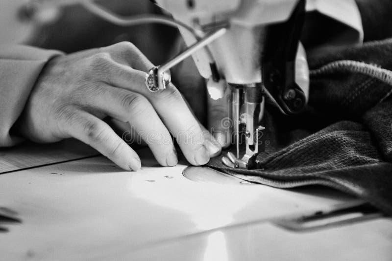 Skräddare som arbetar på en fabrik royaltyfri fotografi