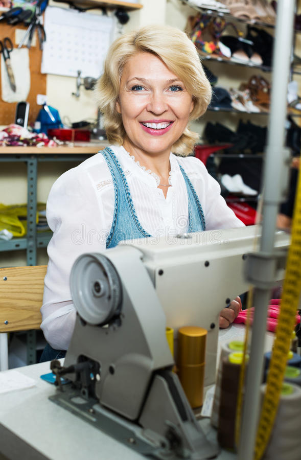 Skräddare som arbetar på symaskinen royaltyfria bilder