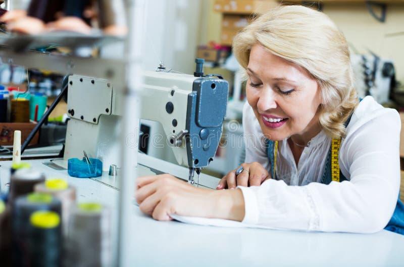 Skräddare som arbetar på symaskinen royaltyfri bild
