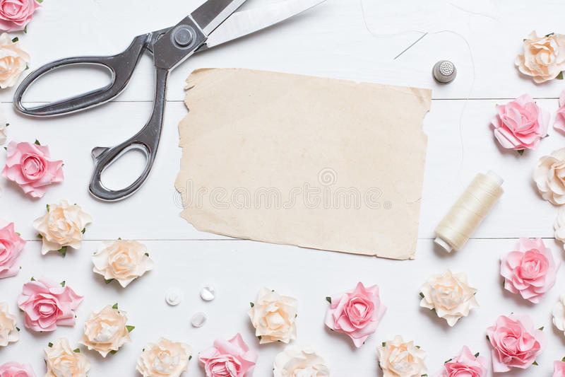 Skräddaresax med sömnadhjälpmedel och det gamla pappers- arket med copys arkivbild