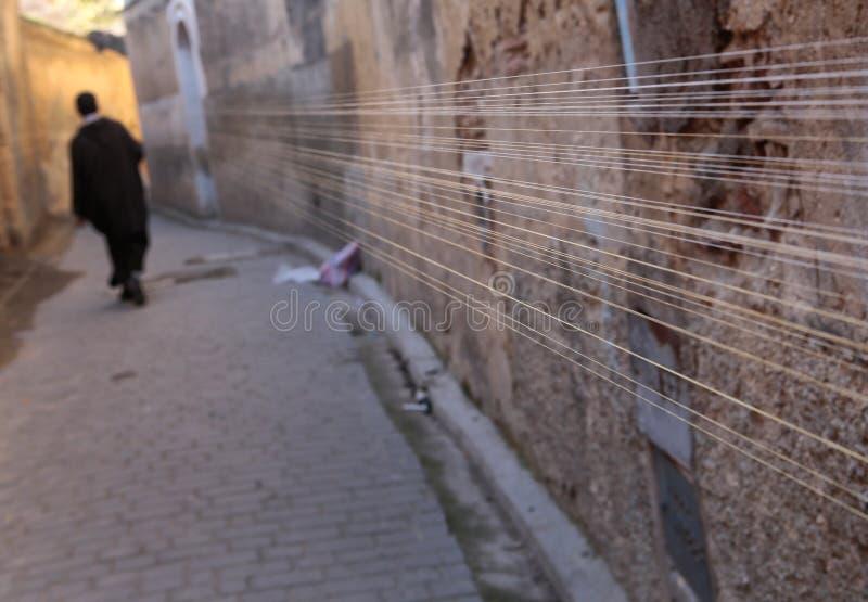 Skräddaretrådar, innan de rullar i medinaen av Fez, begränsar gator fotografering för bildbyråer