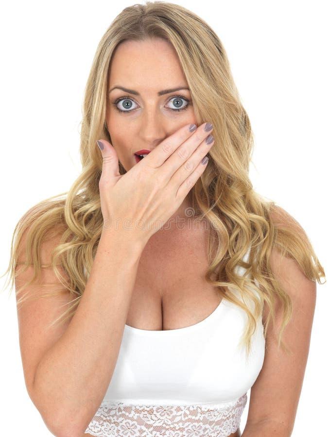 Skrämd förskräckt ung kvinna arkivfoton