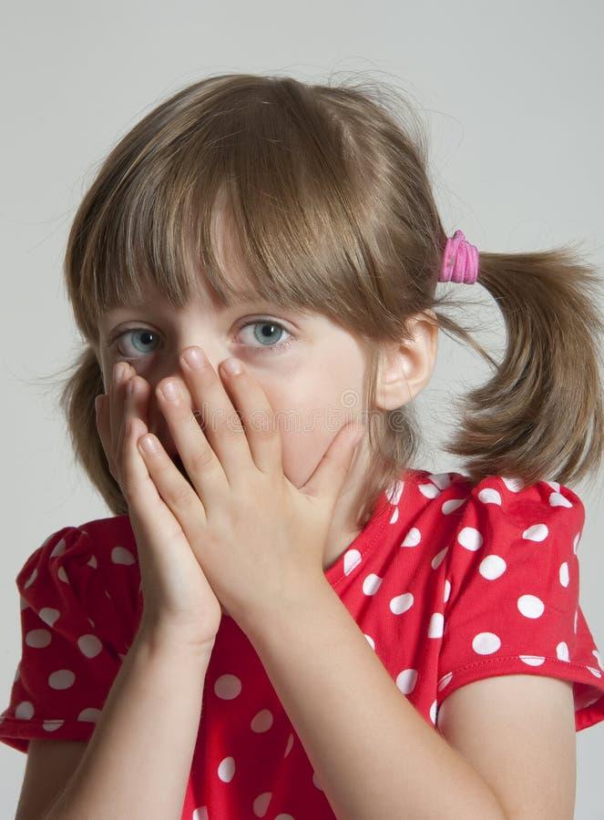 skrämd flicka little royaltyfri bild