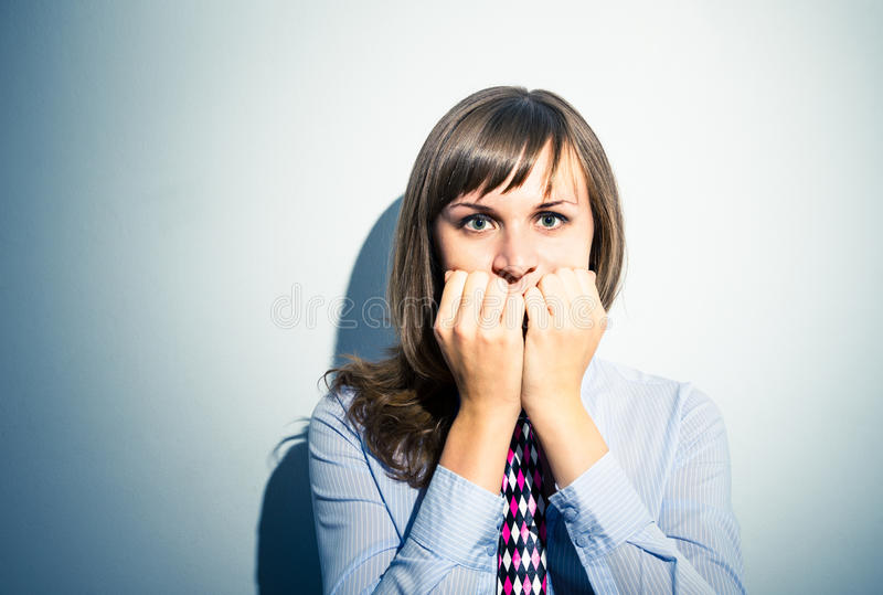 Skrämd flicka som är stressad och arkivbilder