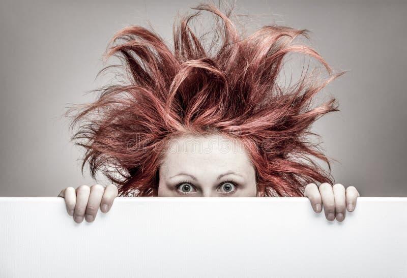 Skrämd kvinna med smutsigt hår royaltyfri bild