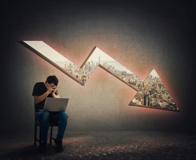 Skrämd och belastad grabbprogrammerare och en minskande grafpil arkivfoton