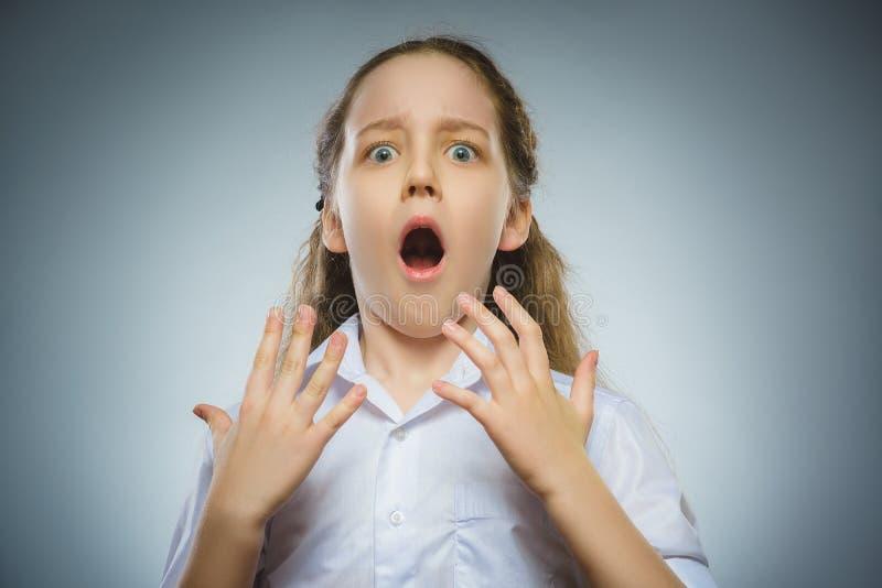 Skrämd och chockad liten flicka för Closeup Mänskligt sinnesrörelseframsidauttryck arkivfoton