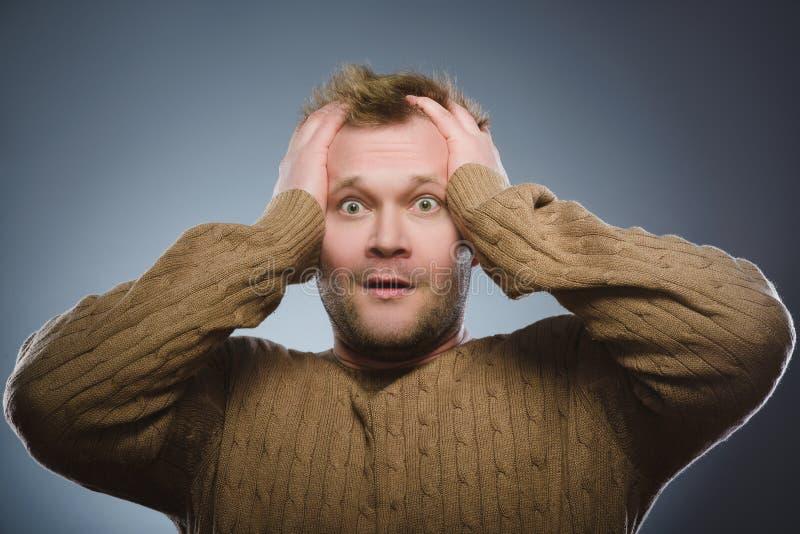 Skrämd och chockad man för Closeup Mänskligt sinnesrörelseframsidauttryck royaltyfri fotografi