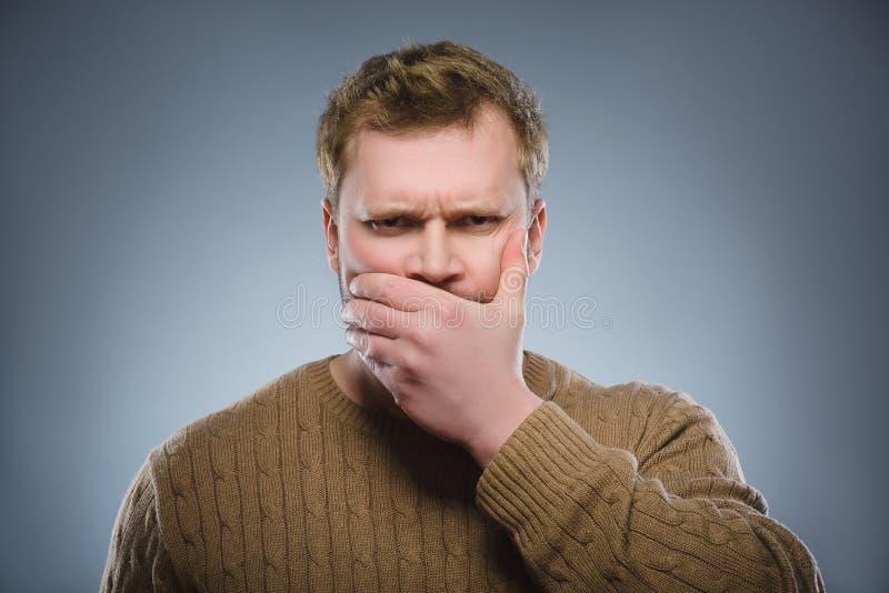 Skrämd och chockad man för Closeup Mänskligt sinnesrörelseframsidauttryck royaltyfria foton