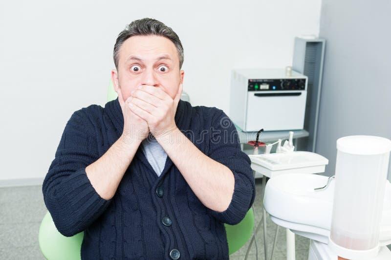 Skrämd patient på tandläkaren royaltyfria bilder