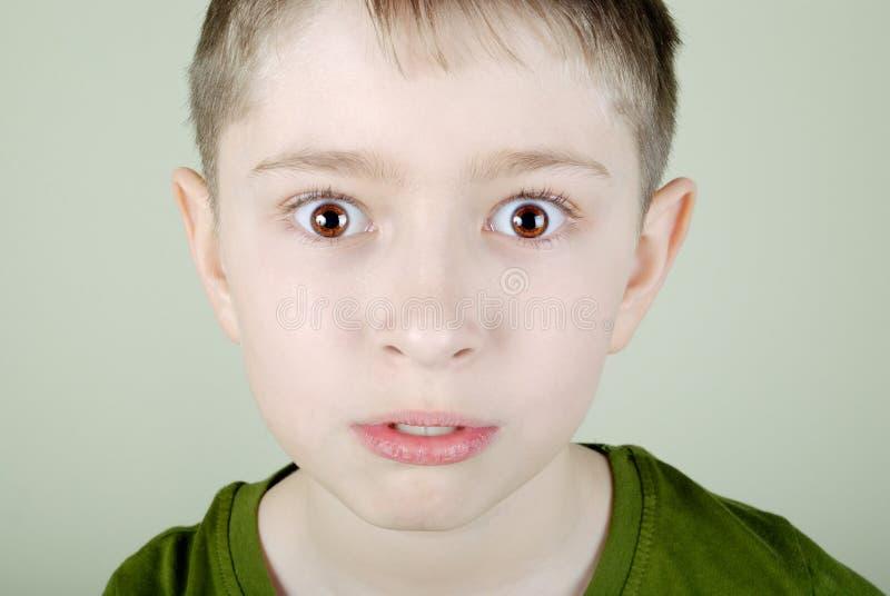 skrämmd pojke royaltyfri foto