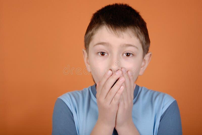 skrämmd pojke arkivfoto