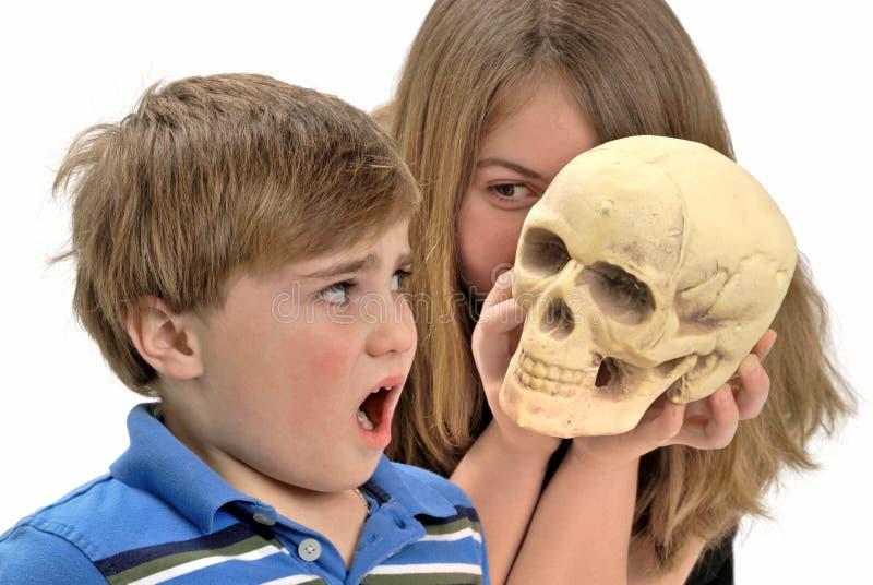 skrämmt barn royaltyfria bilder