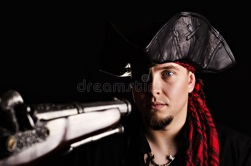 Skrämt piratkopiera på pistolhotet royaltyfri bild