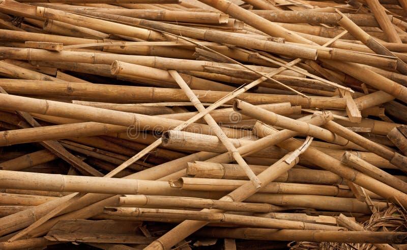 Skräp - bambupinnar i hög arkivbilder