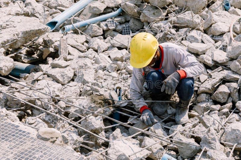 Skräp för byggnadsarbetareuppehällebetong som lämnar i konstruktion royaltyfri bild